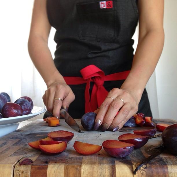 Making plum + vanilla bean preserves (feeling fancy in my @hedleyandbennett apron)
